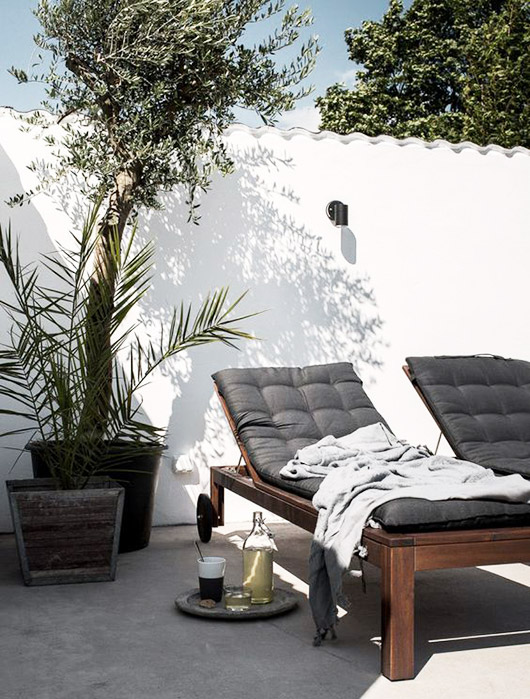 scalloped white wall with black upholstered chaise lounge chairs / sfgirlbybay
